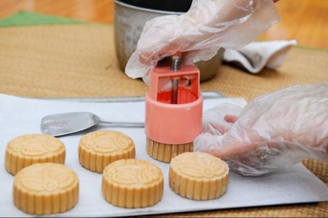 Đóng khuôn bánh nướng bằng khuôn lò xo - Nguồn: Internet