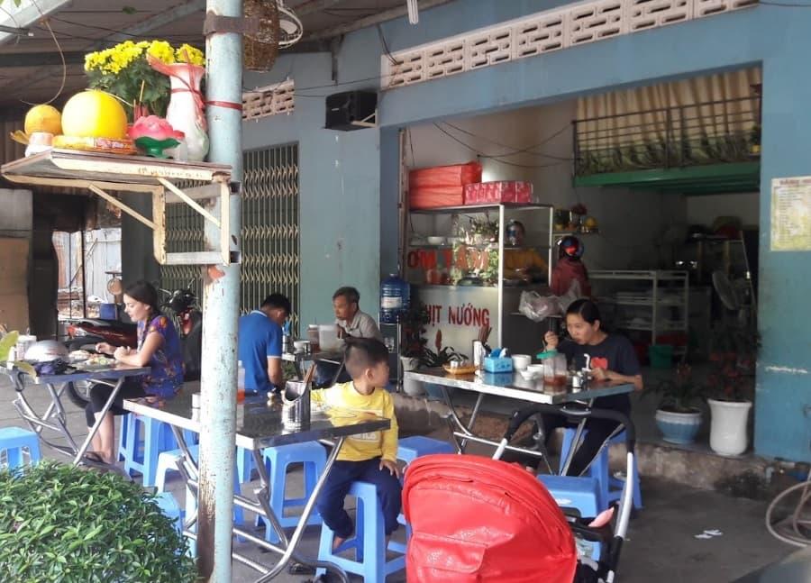 Quán cơm Tấm cô Thủy nổi tiếng với món cơm sườn nướng - Nguồn: Internet