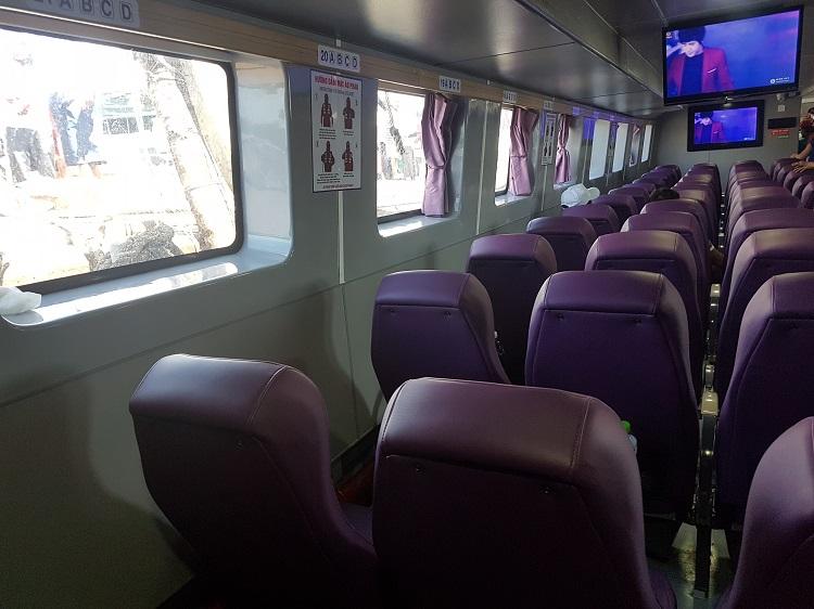 Bên trong tàu Super Dong: ghế mềm, điều hòa, có tivi, khá rộng rãi và thoải mái.