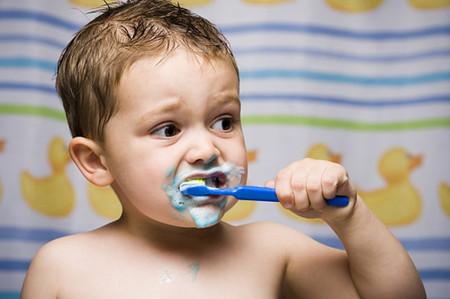 Không nên chọn kem đánh răng nhiều bọt cho bé