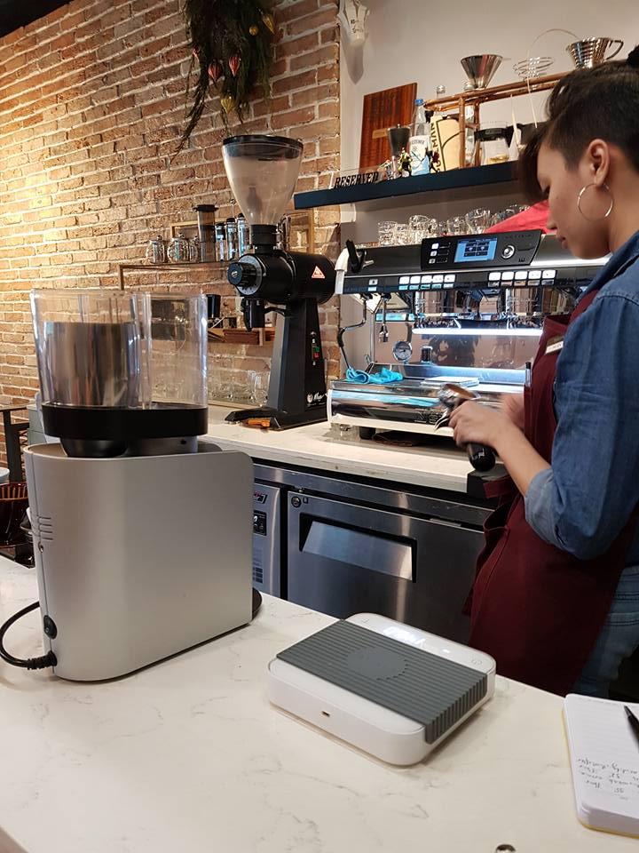 Máy xay cà phê tại quầy pha chế (Nguồn: Facebook 96B Experiement)