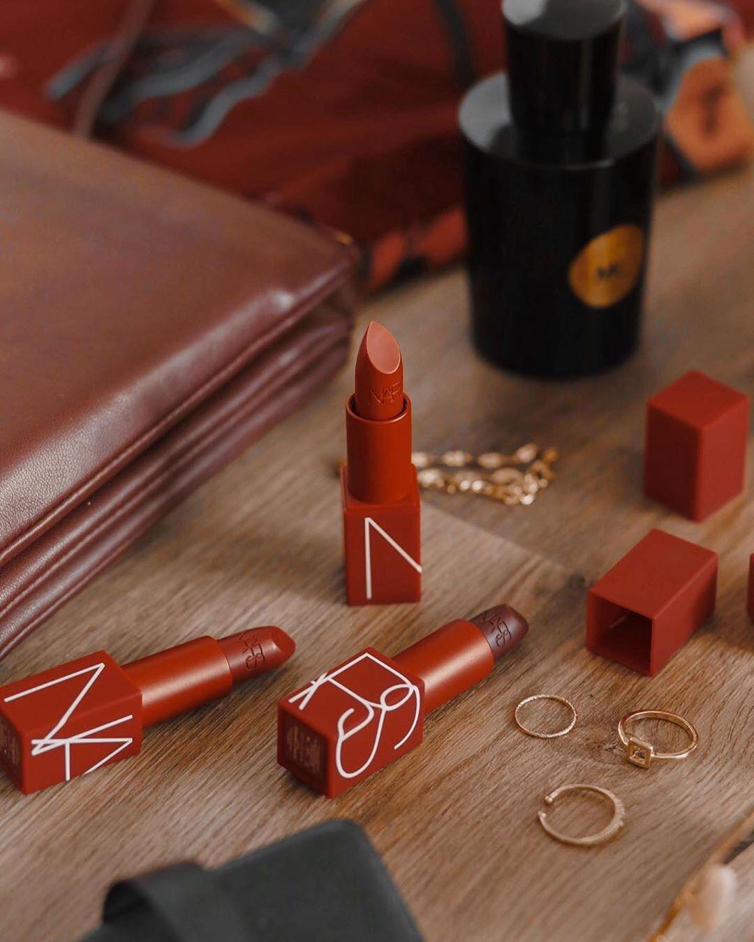 son môi Nars Audacious Lipstick về thiết kế