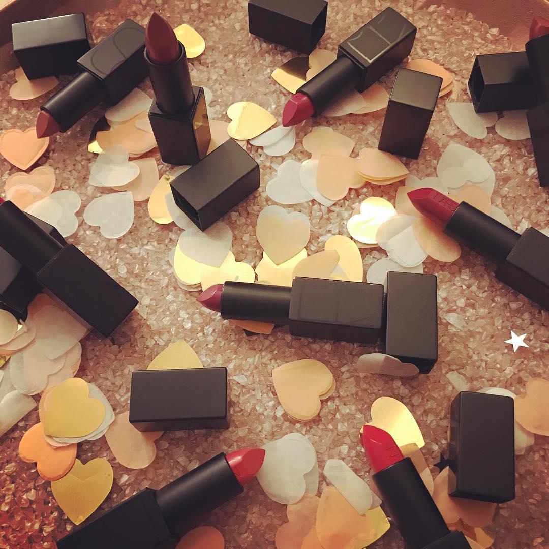son môi Nars Audacious Lipstick về độ bám màu